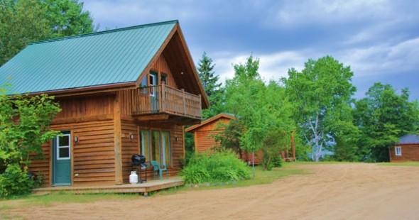 Le chalet loge confortablement une famille (3 chambres ici). Tout le nécessaire cuisine s'y trouve.