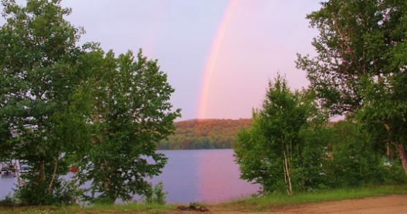 Un magnifique arc-en-ciel nous accueille.