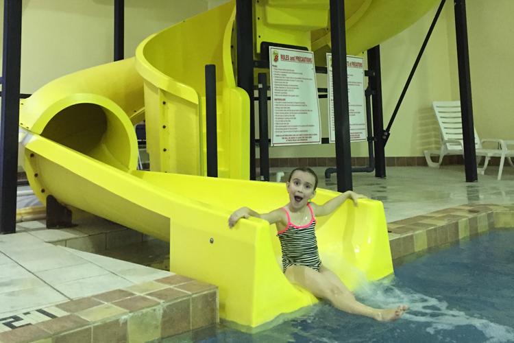 On s'amuse follement dans la piscine intérieure du Super 8 de Ste-Agathe!