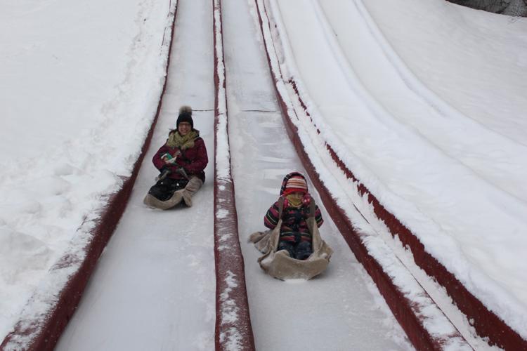Que du plaisir sur une des nombreuses glissades sur neige